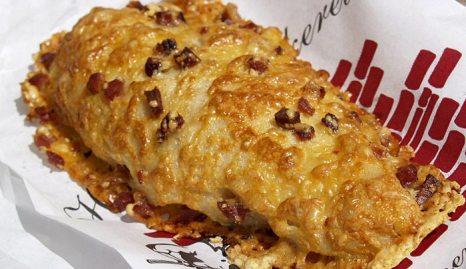 Хлебное изделие с сыром и беконом. Фото: cyclonebill/commons.wikimedia.org