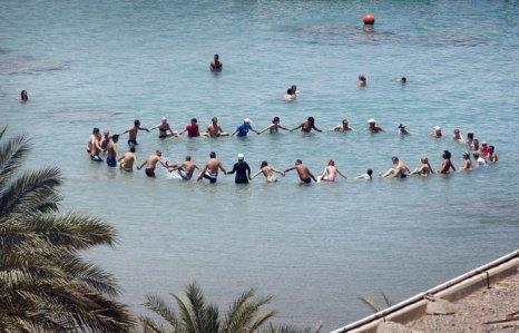 Туристы принимают участие в игре на Красном море, Египет. Фото: Peter Macdiarmid/Getty Images