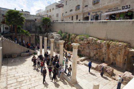 Туристы осматривают окрестности Иерусалима. Фото: JACK GUEZ/AFP/Getty Images