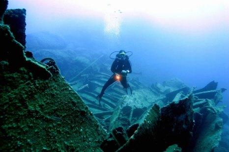Затонувший корабль недалеко от города Каш на побережье Средиземного моря, Анталья, Турция. Фото: TARIK TINAZAY/AFP/Getty Images