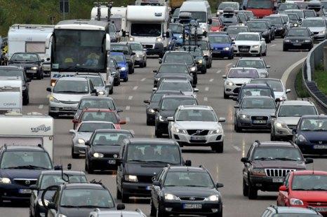 Согласно статистике, основная причина пробок в Германии - ремонтные работы на дороге (35% всех заторов). На втором месте - аварии, мешающие движению. Фото: FRANK LEONHARDT/AFP/Getty Images