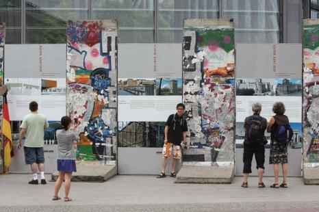 Туристы фотографируются у памятника бывшей Берлинской стены, Германия. Фото: Sean Gallup/Getty Images