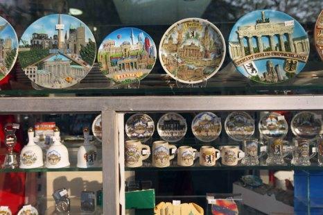 Сувенирные германские тарелки и кружки. Фото: Sean Gallup/Getty Images