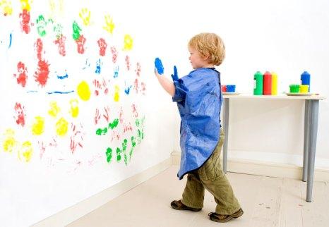 Рисовать можно не только пальчиками, но и ладошками и даже ножками. Фото: 36clicks/Photos.com