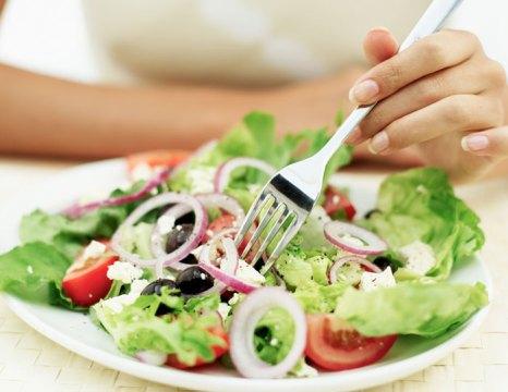 Постарайтесь наладить режим питания. Принимать пищу нужно в одно и то же время, распределив общий объем еды в течение дня. фото: George Doyle/Photos.com