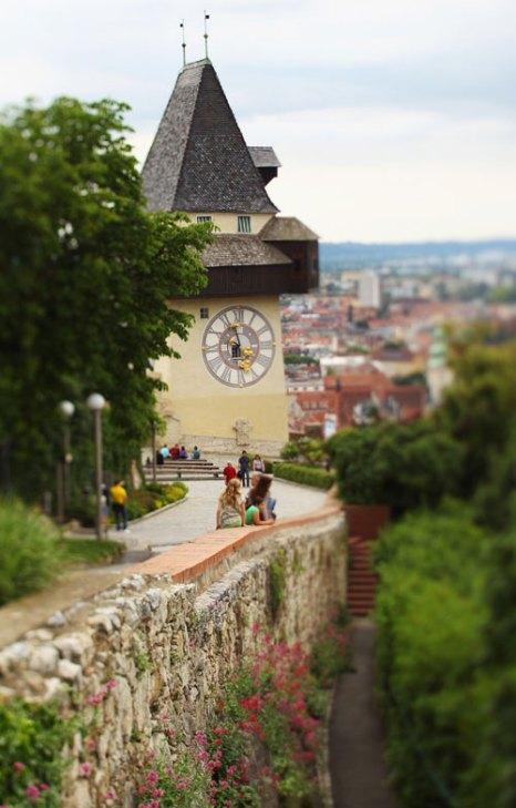 Центральной частью площади Старого города является площадь Хауптплац, а самыми выдающимися памятниками Граца считаются замок Шлоссберг и символ Граца — башня с часами Уртурм. Фото: Mark Kolbe/Getty Images