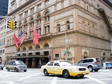 Карнеги-холл — концертный зал в Нью-Йорке, на углу Седьмой авеню и 57-й улицы Манхэттена. Здесь исполняется как академическая, так и популярная музыка. Фото: Martin Durrschnabel/commons.wikimedia.org