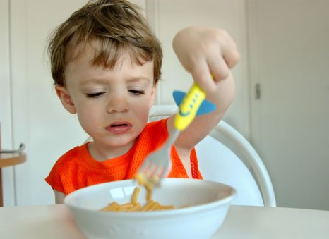 Другая крайность – заставлять детей съедать все, что лежит на тарелке. А ведь порция может быть велика для ребенка или он начинает заболевать и теряет аппетит, или просто не голоден. Фото: Leslie Banks/Photos.com