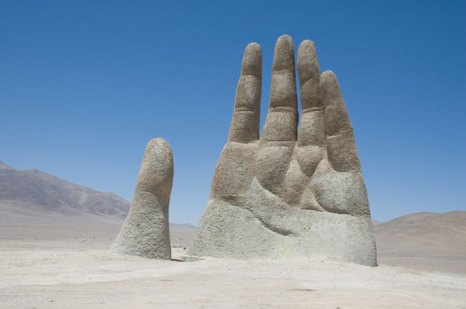 Скульптура гигантской руки в чилийской пустыне Атакама - эмоциональный символ уязвимости, беспомощности и одиночества человека в песках. фото: Jonathan Taillefer/Photos.com
