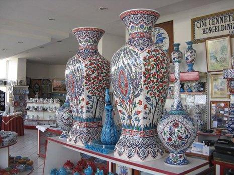 Керамика из Турции славится на весь мир. Туристы охотно приобретают фаянсовые наборы посуды и подносы из Кютахьи. Ведь именно этот город считается столицей турецкой керамики. Фото: Zorro2212/сommons.wikimedia.org