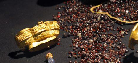 Драгоценности, найденные при раскопках в Индонезии. Фото: ROMEO GACAD/AFP/Getty Images