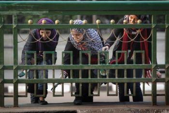 Молодые добровольцы красят забор на площади Тахрир 14 февраля 2011 года в Каире. Сотни людей участвовали в акции гражданской гордости, очищая площадь, которая стала символом революции. Фото: John Moore /Getty Images