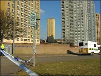 31-этажный дом на Ред-роуд (справа), с 15-го этажа которого выбросилась семья из России. Фото: bbc.co.uk