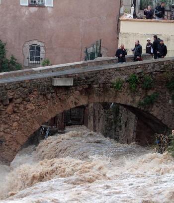 Наводнения уносят жизни сотен людей в разных странах. Фото: STEPHANE DANNA /AFP /Getty Images