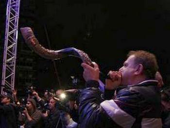 Трубят в рог за здоровье Хэзи Даяна. Фото: Яира Ясмин (Epoch Times Israel)