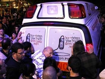Шалом, отец  фокусника, хочет узнать о здоровье сына. Фото: Яира Ясмин (Epoch Times Israel)