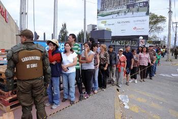 Чилийцы стоят в очереди за продуктами перед супермаркетом. Фото: EVARISTO SA /AFP /Getty Images