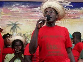 «Жизнь местному зерну! Прочь Монсанто!» - написано на футболке Жан Батиста Шавена, руководителя движения MPP Папай на Гаити. Фото: Alice Speri /Getty Images