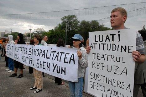 Пикет в поддержку выступления труппы Шень Юнь в Кишиневе. Фото: Великая Эпоха