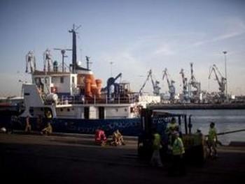 Рабочие ашдодского порта выгружают посылки гуманитарной помощи с одного из кораблей флотилии в сектор Газа. Израильское правительство заявило во вторник, что оно освободит всех задержанных пассажиров флотилии. Фото: Уриэль Синай /Getty Images