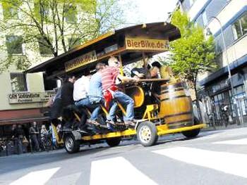 В Германии пытаются запретить пивные велосипеды. Фото с bierbike.de