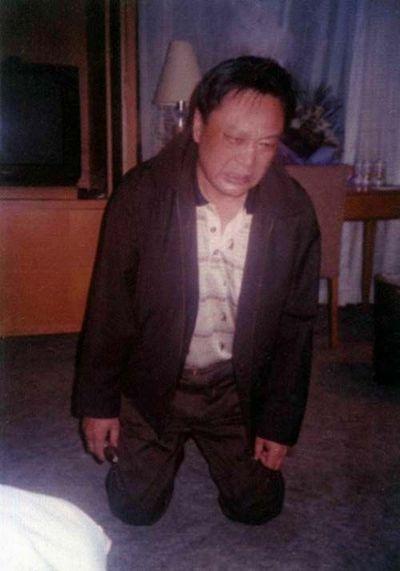 Ли Синь, заместитель мэра города Цзинин провинции Шаньдун на коленях просит помилования после того как было начато расследование дела о принятии им взяток в сумме 4,5 млн. юаней. Фото с epochtimes.com