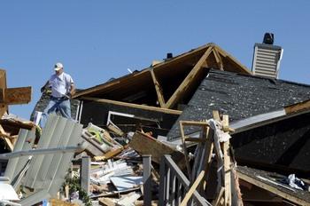 Природные катаклизмы в Америке: 200 торнадо за 3 дня. Фото: Sara D. Davis/Getty Images