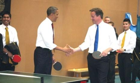 Прежизент США Барак Обама и премьер-министр Великобритании Дэвид Кэмерон играют в пинг-пон. Фото: WPA Пул / Getty Images