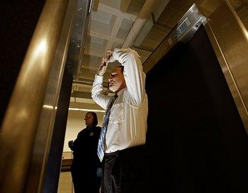 Пассажиров прибывающих в США ждут более тщательные процедуры досмотра. Фото: Chip Somodevilla/Getty Images