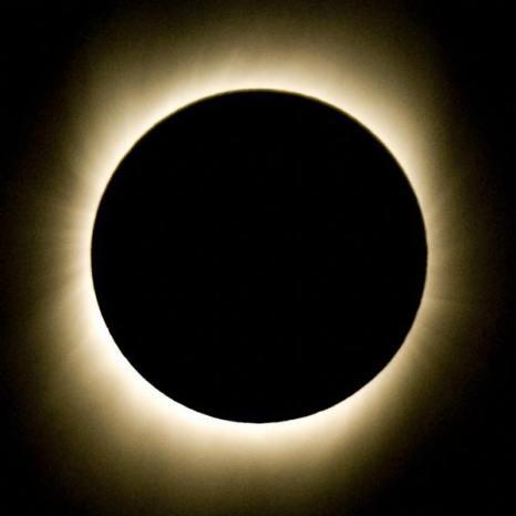 Солнечным  затмением. Полное закрытие Солнца Луной. Фото:  PEDRO UGARTE/AFP/Getty Images