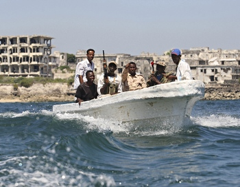 Фото:Крупнейший в истории пиратства выкуп, получили сомалийские пираты. Фото:  MOHAMED DAHIR/AFP/Getty Images
