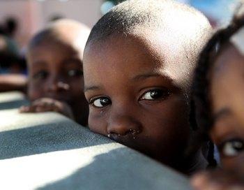 На Гаити дети больше других страдают от последствий землетрясения. Фото:  JULIEN TACK/AFP/Getty Images