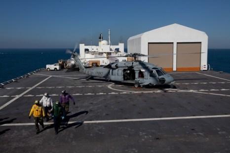 Плавучий корабль-госпиталь прибыл в Гаити.  Фото:  Brendan Hoffman/Getty Images