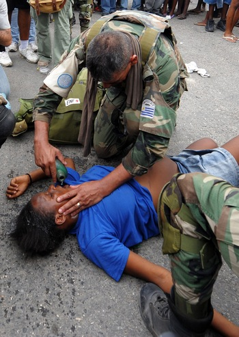 Гаити: Из-под завалов спасатели извлекли живую 14-летнюю девочку. Фото:  JEWEL SAMAD/AFP/Getty Images