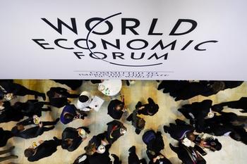 Участники Всемирного экономического форума обсудили в субботу в Давосе перспективы восстановления мировой экономики в начавшемся году. Фото:  FABRICE COFFRINI/AFP/Getty Images