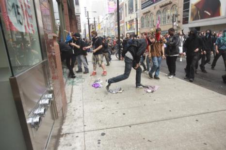 Антиглобалисты в Торонто устроили погромы, пытаясь сорвать саммит G20. Фоторепортаж. Фото: GEOFF ROBINS/AFP/Getty Images