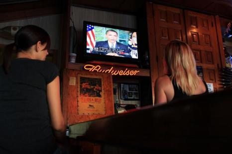 Люди в пораженном нефтью участке Мексиканского залива слушают в баре речь Барака Обамы, как он обсуждают нефтяное пятно. Фоторепортаж. Фото: Platt/Getty Images