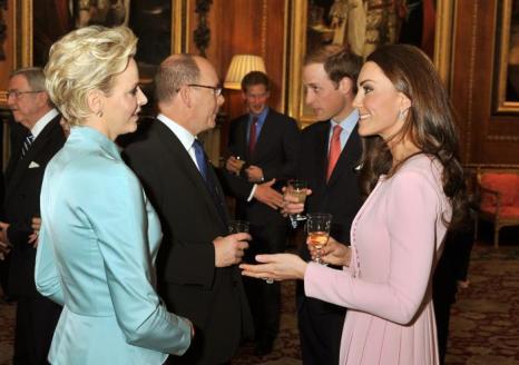 Кэтрин, герцогиня Кембриджская, принц Уильям и принц Гарри, принцесса и принц Монако Шарлин и Альберт II на обеде суверенных монархов, приглашённых королевой Елизаветой II. Фоторепортаж. Фото: John Stillwell - WPA Pool/Getty Images
