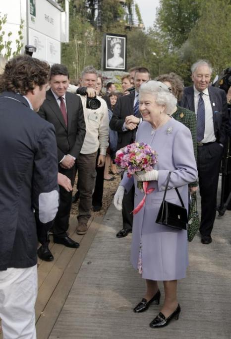 Елизавета II  посетила выставку цветов в королевском госпитале Челси. Фоторепортаж. Фото: Lefteris Pitarakis - WPA Pool /Getty Images