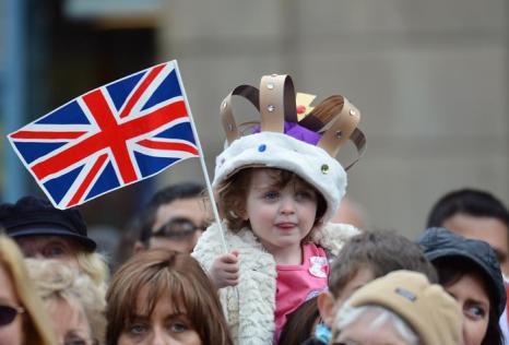 Королева Елизавета II посещает Северо-запад королевства. Жители Аккрингтона приветствуют свою еоролеву. Фоторепортаж. Фото: Paul Grover - WPA Pool/Getty Images