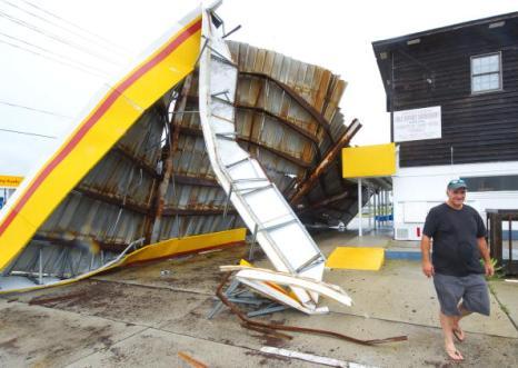 Ураган «Эрл» стих до первой категории опасности. Фото: PAUL J. RICHARDS/AFP/Getty Images