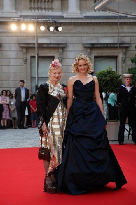 Гости в Королевской академии искусств на церемонии Celebration of the Arts.  Lily Cole; Vivienne Westwood. Фоторепортаж.  Фото: Carl Court  WPA Pool/Getty Images