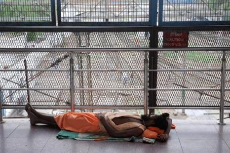 Железнодорожная станция в Нью-Дели, 31 июля 2012 г. Крупная поломка энергосети парализовала жизнь в северной Индии. Фото: ROBERTO SCHMIDT/AFP/GettyImages)