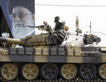 T-72 на параде иранских войск в 20080году. Фото:  BEHROUZ MEHRI/AFP/Getty Images