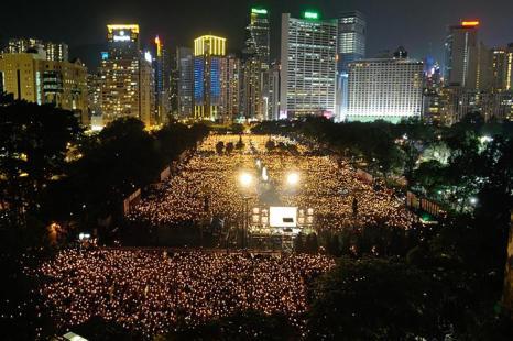 В этом году в годовщине «4 июня» приняли участие более 180 000 человек. Мероприятие проводилось в память жертв бойни на площади Тяньаньмэнь, в которой массовые демонстрации студентов были подавлены военными по приказу коммунистической партии Китая. Фото: Sung Pi Lung/The Epoch Times