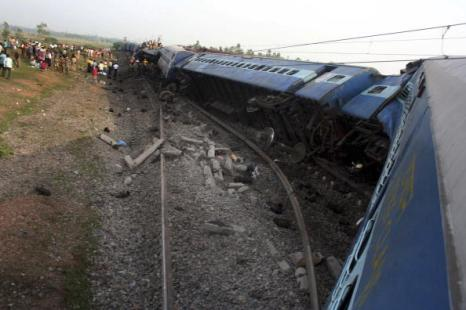 Число жертв в результате крушения поезда достигло 72 человек. Маоисты в Индии опровергли свою причастность к крушению поезда. Фото: STRDEL/AFP/Getty Images
