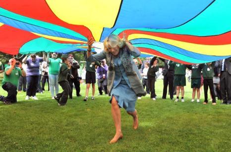 Принц Чарльз и Камилла в Гернси приняли участие в молодежных парашютных играх - Showcase.  Фоторепортаж. Фото: Chris Jackson/Getty Images
