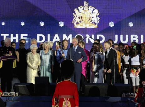 Королева Елизавета II на юбилейном концерте звёзд в Букингемском дворце. Фоторепортаж. Фото: Dan Kitwood/Getty Images