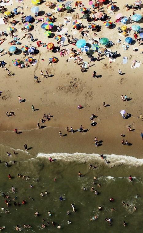 Отдыхающие на пляже в Нью-Йорке. Фоторепортаж. Фото: Mario Tama/Getty Images