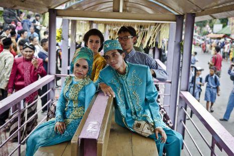 Двенадцать пар в Индонезии приняли участие в массовой свадьбе в день 12/12/12. Фоторепортаж. Фото:  Ulet Ifansasti/Getty Images